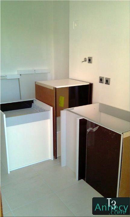 mise en place des meubles de cuisine. Black Bedroom Furniture Sets. Home Design Ideas