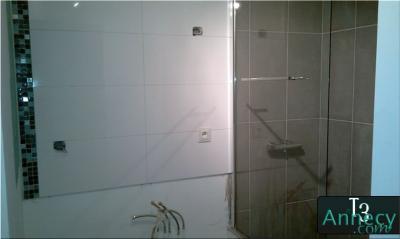 Vue de la salle de bains blanche et grise - Salle de bain blanche et grise ...